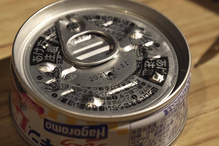 ツナ缶に穴をあける