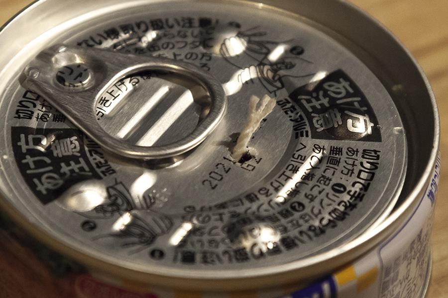 ツナ缶の穴にタコ糸
